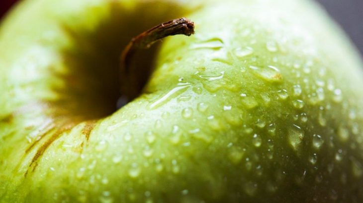 zielone_jablko_z_kropelkami_wody